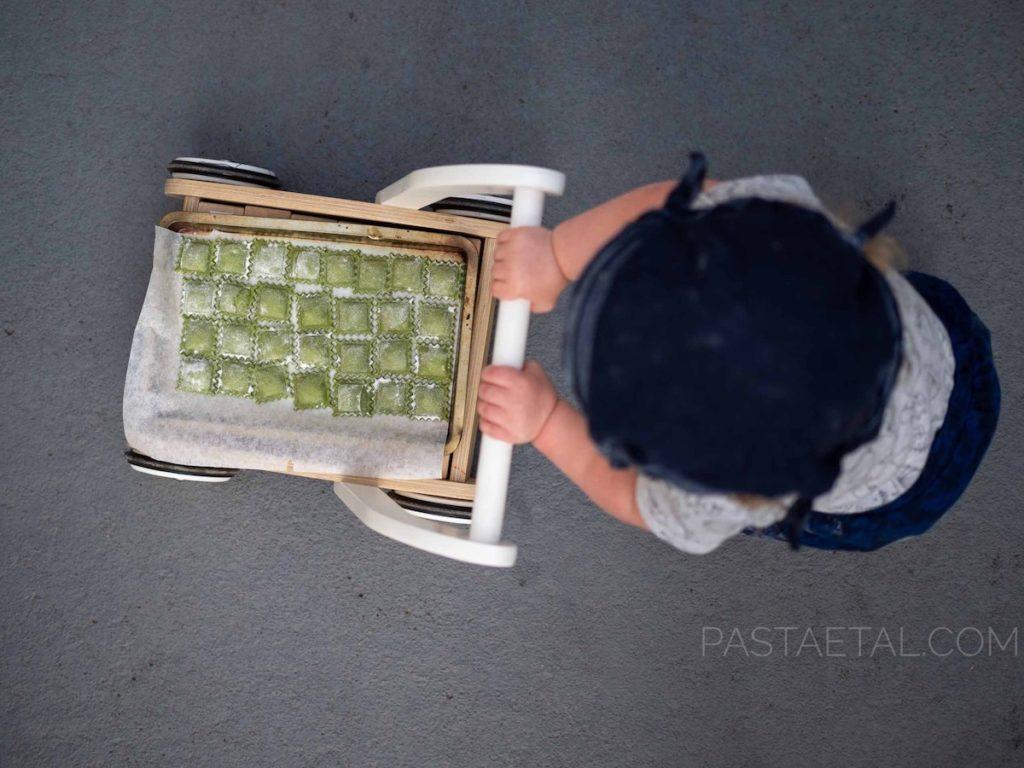 Little boy pushing pasta trolley - Past et Al